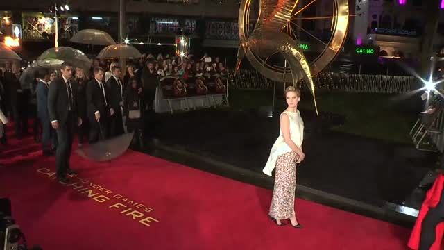 News video: Jennifer Lawrence cautiva vestida de blanco en el lanzamiento de Hunger Games